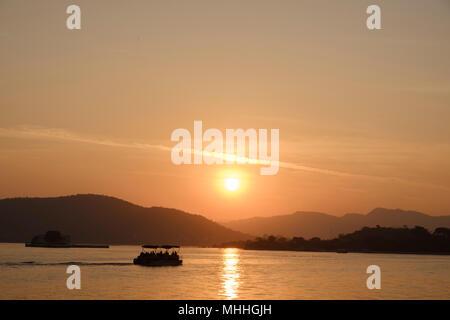 Coucher de soleil sur le lac Pichola. Udaipur, également connu comme la ville des lacs, la Venise de l'Orient, est la capitale historique du royaume de Mewar, Rajasthan.