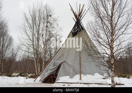 Tipi dans la neige de l'Arctique fond de nuit Banque D'Images