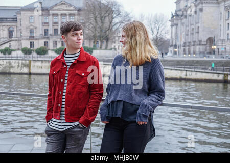 Jeune femme et l'homme sortir par la Spree à Berlin, Allemagne, Bundestag Reichstag avec en arrière-plan Banque D'Images