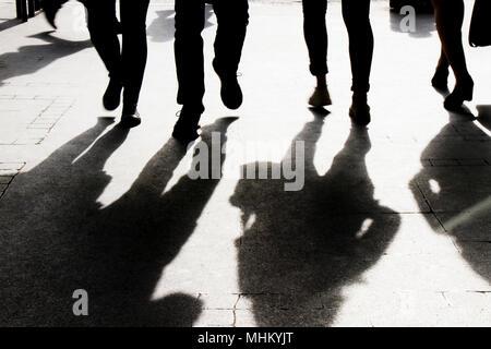 Ombre floue et silhouette de personnes marchant sur le trottoir de la rue de la ville , en noir et blanc Banque D'Images