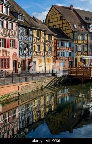 Les vieux bâtiments dans le centre historique de la petite Venise de la vieille ville de Colmar en Alsace, dans le nord-est de la France. Banque D'Images