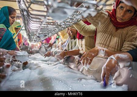 Cuisine, volunter, bénévoles la vaisselle, manger chaque jour 60 000 - 80 000 pèlerins en Temple d'or, Golden Temple, Amritsar, Punjab, India Banque D'Images