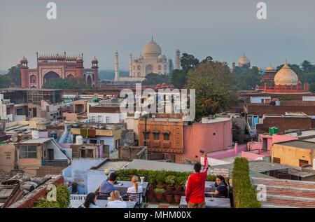 Taj Mahal et toits de la ville, Agra, Inde Banque D'Images