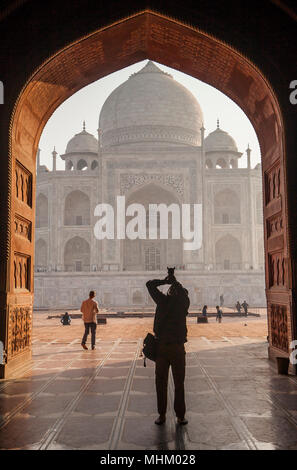 Grille, porte, porte, cadre, encadrement, Taj Mahal, UNESCO World Heritage Site, Agra, Uttar Pradesh, Inde Banque D'Images