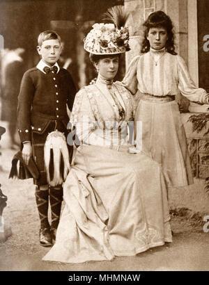Mary de Teck, princesse de Galles (1867 - 1953) avec le Prince Albert (plus tard le roi George VI (1895 - 1952) et de la princesse Victoria Marie (plus tard Comtesse de Harewood (1897 - 1965). Photographie prise à la Résidence Royale de Balmoral, en Écosse. Date: vers 1904 Banque D'Images