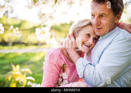 Beau couple dans l'amour à l'extérieur au printemps la nature. Banque D'Images