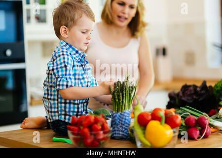La mère et l'enfant préparer le déjeuner Banque D'Images