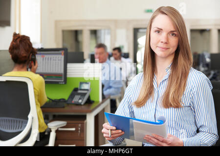 Portrait Of Businesswoman étudier en rapport Bureau Moderne Occupé