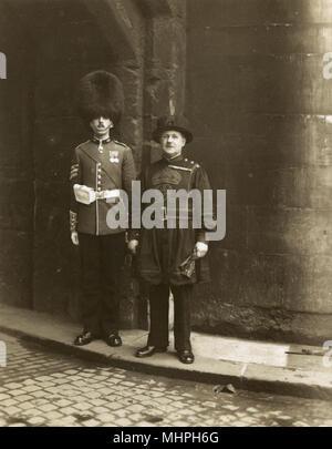 Ancienne et Moderne des uniformes à la Tour de Londres, Londres. Date: vers 1930