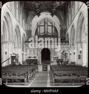 Vue de la nef, la cathédrale de St David's, St Davids, Pembrokeshire, Pays de Galles, avec le tuyaux d'orgue visibles au-dessus, et la chaire sur la gauche. Date: vers 1900 Banque D'Images