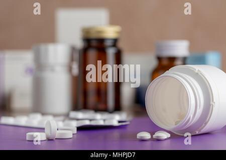 Divers médecine blanc bouteilles de pilules et tas de médicaments Banque D'Images