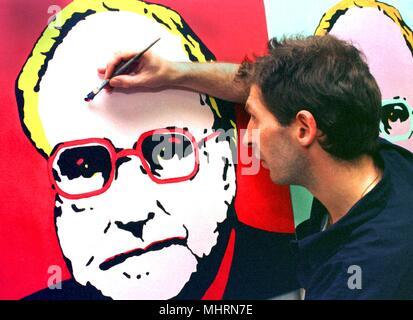 """Designer Jens Henning définit les accents sur un portrait de chou après Andy Warhol-Art sur 17.8.1998 à Munster. Pour son chancelier série dans une étude de deux ans, l'artiste a pris des photos célèbres comme 'le pauvre poète' par Carl Spitzweg, 'l'homme dans le cercle"""" de Léonard de Vinci ou la série de Marilyn Monroe par Andy Warhol comme modèle. Sur un total de sept toiles peintes avec de la peinture acrylique, le Chancelier peut être vu dans la célèbre et historique scènes. Dans le monde d'utilisation   Banque D'Images"""