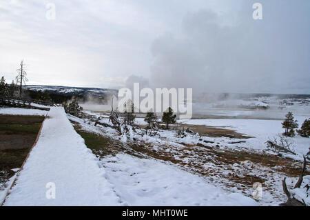 L'augmentation de vapeur du geyser de trottoir de bois en hiver à Old Faithful domaine dans le Parc National de Yellowstone dans United States Banque D'Images