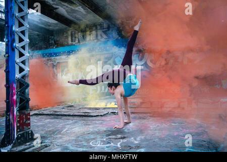 Girl practicing yoga sur scène en plein air Banque D'Images