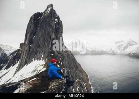 La vie sur le bord voyageur en falaise fjord Norvège montagnes de plus de profiter du paysage de Vie Voyage aventure concept succès motivation vacances actives piscine Banque D'Images