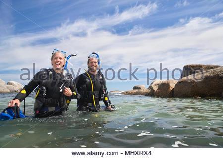Heureux couple wading plongée hors de plongée après l'océan Banque D'Images