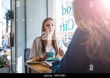 Deux amis assis ensemble dans un café, boire du café Banque D'Images