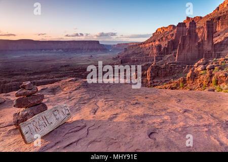 Un signe marque la fin de la Fisher Towers Trail au-dessus de la rivière Colorado dans le professeur vallée près de Moab, Utah. Banque D'Images