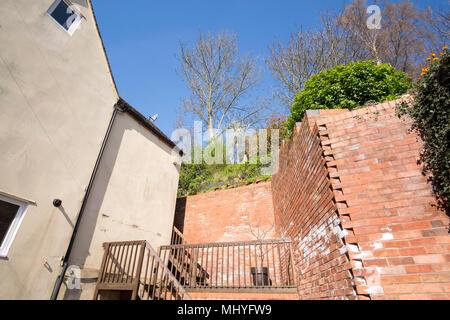 Cour arrière avec de hauts murs Banque D'Images