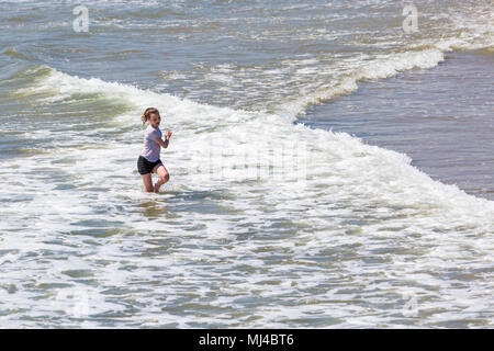 Bournemouth, Dorset, UK. 4e mai 2018. Météo France: après un démarrage lent, libre du ciel bleu et soleil chaud quand la température augmente. La tête aux visiteurs les plages de Bournemouth à profiter de l'espace avant qu'il soit trop occupé sur le long week-end férié comme chef des foules à la côte et mer. S'amusant d'exécution dans la mer se mouiller! Credit: Carolyn Jenkins/Alamy Live News Banque D'Images