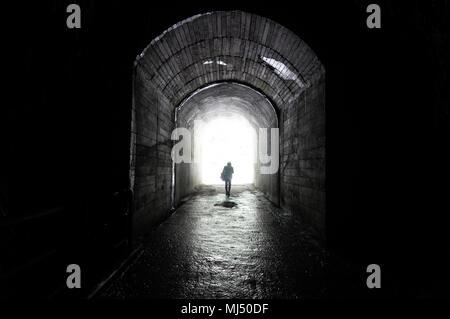 """'Il y a toujours la lumière au bout du tunnel, vous avez juste obtenu de rester en mouvement."""" - Anonyme Banque D'Images"""