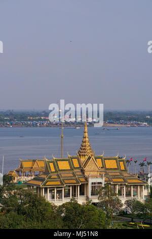 L'Chanchhaya Pavilion, également connu sous le nom de 'Moonlight Pavilion', est le pavillon de la rivière en face du Palais Royal, Phnom Penh, Cambodge. Banque D'Images