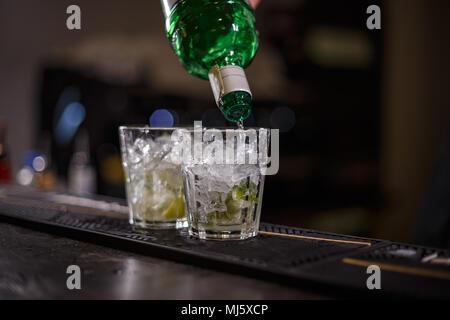 La préparation de barman mojito cocktail; Verser le rhum Banque D'Images