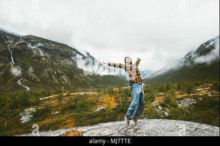 Homme heureux appréciant la vue paysage montagnes des forêts de brouillard aventure voyage concept de vie sain vacances actives en Norvège Banque D'Images