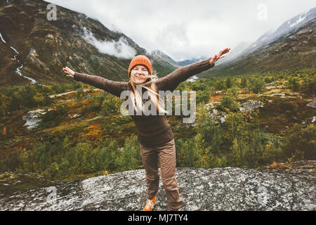Happy woman soulevées mains marche dans les montagnes de la forêt de l'aventure voyage enjoying view concept de vie vacances actives en Norvège Banque D'Images