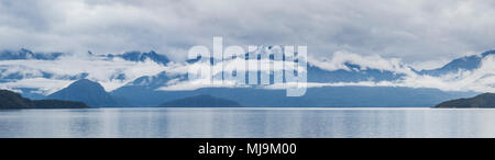 Le lac Manapouri Parc National de Fiordland montagnes brumeuses et de nuages bas entourent les montagnes de l'île du sud de Nouvelle-Zélande Banque D'Images