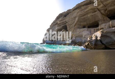 La plage de Matala avec des grottes sur les roches qui ont été utilisés comme un cimetière romain et à la décennie des années 1970 vivaient hippies, Crète, Grèce. Banque D'Images