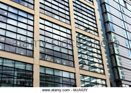 L'image du point de vue de l'architecture moderne avec façade de verre windows dans le centre-ville de Manchester Manchester en Angleterre Mai 2018 Banque D'Images