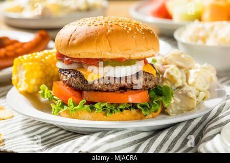 Memorial Day Backyard Babecue avec repas Hamburgers Hot dog Salades et frites Banque D'Images