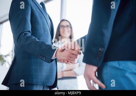Deux business man shaking hands lors d'une réunion à l'office, succès, traitant, salut et partenaire concept. Banque D'Images