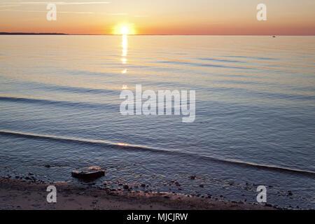 Coucher du soleil sur la mer Baltique près de Heidkate, Schleswig - Holstein, Allemagne du Nord, l'Allemagne, Banque D'Images