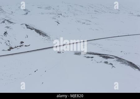 L'Islande, bird's eye view, les voitures sur la rocade en hiver Banque D'Images