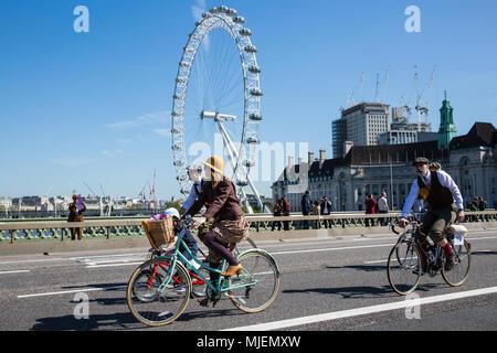 Londres, Royaume-Uni. 5 mai, 2018. Environ 500 cyclistes portant des vestes de tweed, plus deux, clubs, bouchons plats, brogues et autres engins sur vélo période Westminster Bridge sur un parcours de douze milles à travers le centre de Londres à l'occasion du 10e anniversaire édition du Tweed en lien avec le canal et rivière la confiance. Credit: Mark Kerrison/Alamy Live News