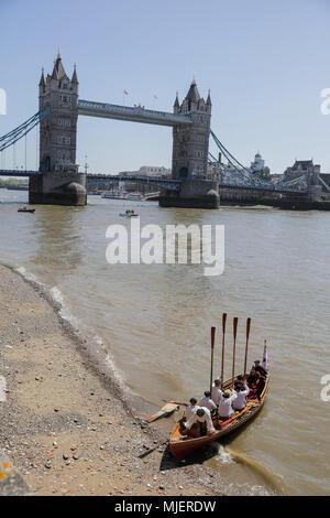 Londres, Royaume-Uni. 5 mai, 2018. Dans une dramatique de son dernier voyage de loisirs, Anne Boleyn arrive à la Tour de Londres par bateau et est escorté à pied à l'intérieur de la tour par des gardiens Yeoman (Beefeaters) et rituelles batteurs. En voile de Greenwich, ce fleuve-bound spectacle public lance 'Les Derniers Jours d'Anne Boleyn' une nouvelle pièce de fonctionner tout au long de la saison estivale à la tour. Credit: Amanda rose/Alamy Live News