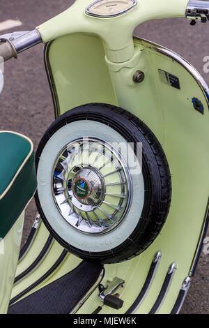 Troon, Ayrshire, UK. 5 mai, 2018. Plus de 100 scooters, les motardes et les passagères ont participé au congrès annuel de rassemblement à Troon Mod écossais, l'une des plus grandes réunions Mod en Écosse avec des scooters en provenance de toutes les régions du pays. Avant la dernière ride out' 'coutumières à travers la ville, il y avait des concours et des prix pour le meilleur vintage, best présente et s'est rendu le plus éloigné des scooters quand les propriétaires sont fiers de présenter leurs trottinettes et eux-mêmes en meilleur ordre. Credit: Findlay/Alamy Live News Banque D'Images
