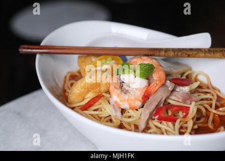 Nouilles aux crevettes - cuisine malaisienne nouilles épicées. Banque D'Images