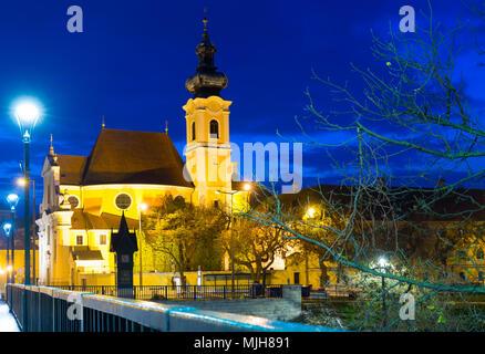 Image de nuit rues de Györ en Hongrie à l'extérieur. Banque D'Images