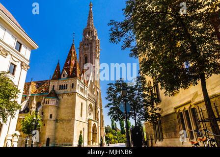 Vue sur du Bastion des Pêcheurs par le château de Buda à Budapest en Hongrie Banque D'Images