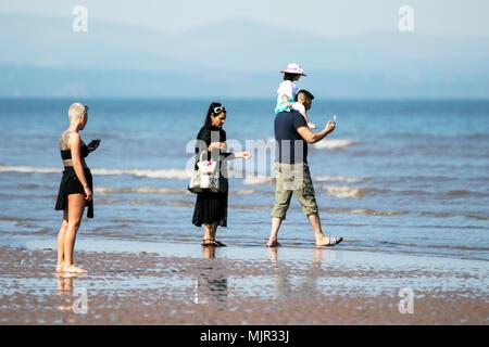 Blackpool, Royaume-Uni, 6 mai 2018. Les vacanciers sur front de mer de Blackpool. 6 mai 2018. Météo britannique. Des milliers de touristes et des vacanciers descendre sur la plage, sur le front de mer de Blackpool pour profiter du beau soleil et des températures élevées. Credit: Cernan Elias/Alamy Live News