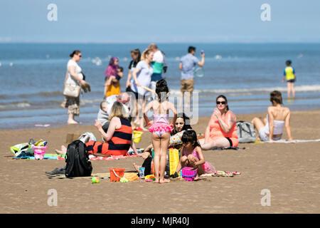 Blackpool, Royaume-Uni, 6 mai 2018. Les vacanciers sur front de mer de Blackpool. 6 mai 2018. Météo britannique. Des milliers de touristes et des vacanciers descendre sur le front de mer de Blackpool pour profiter du beau soleil et des températures élevées. Credit: Cernan Elias/Alamy Live News