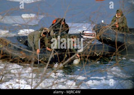 Washington, DC., USA, 14 janvier 1982, les plongeurs de la Marine sont tirés de l'eau glaciale de la rivière Potomac après une recherche des organes de l'air Vol Floride #90 qui s'est écrasé dans la rivière le jour précédent. Banque D'Images