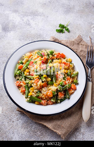 Plat végétarien couscous aux légumes sur table béton léger Banque D'Images