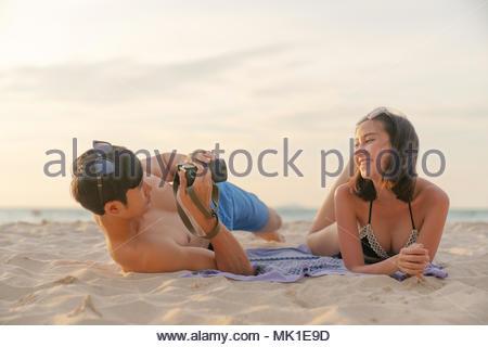 Voyager en couple amour faisant self portrait par appareil photo numérique , s'amusant sur une plage tropicale. Banque D'Images