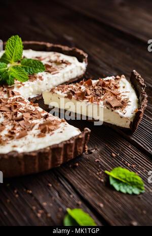 Cheesecake au mascarpone à la vanille, le cacao et le remplissage de la croûte des copeaux de chocolat Banque D'Images