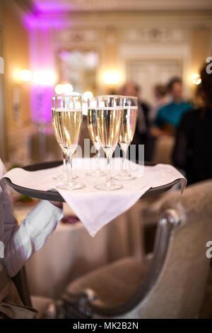 Garçon avec des verres de champagne Banque D'Images