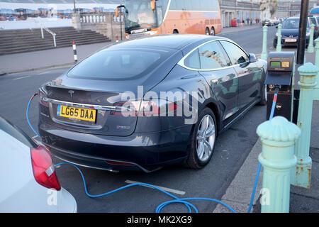 Brighton UK 6 mai 2018 - voiture Tesla jusqu'au point de charge électrique sur le front de mer de Brighton